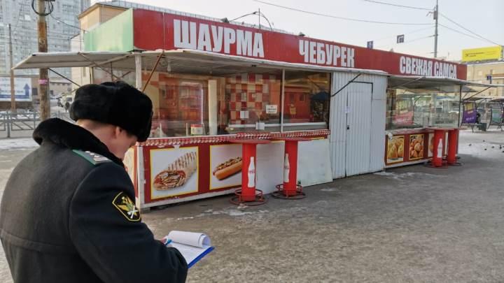 В Екатеринбурге у автовокзала на два месяца закрыли киоск с шаурмой