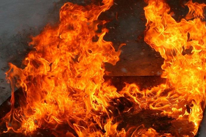 Изокон валит чёрный дым: наВИЗе загорелась многоэтажка