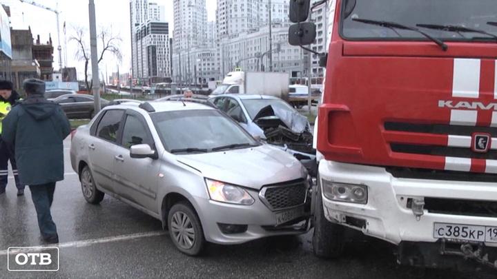 В Екатеринбурге пожарный автомобиль попал в массовую аварию
