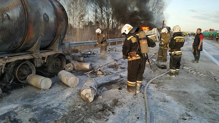 На Тюменском тракте потушили пожар с тремя грузовиками