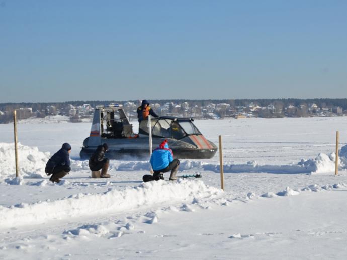 Cотрудники экстренных служб эвакуировали 23 человека сотколовшейся льдины наБелоярском водохранилище