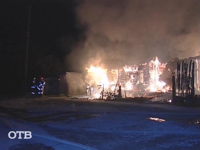 НаЧусовском тракте вЕкатеринбурге огонь уничтожил надворные постройки исадовый дом