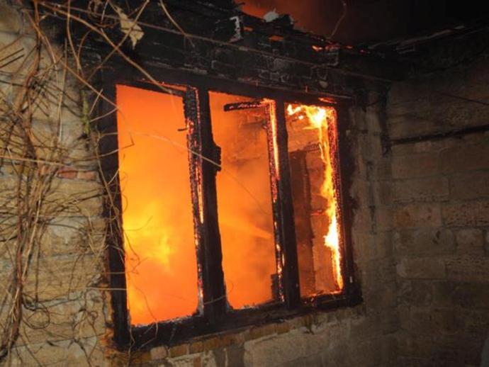 Инспектор ГИБДД вошел впылающий дом, чтобы спасти человека