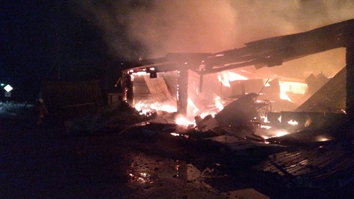 В уральском посёлке пожаром уничтожен продуктовый магазин