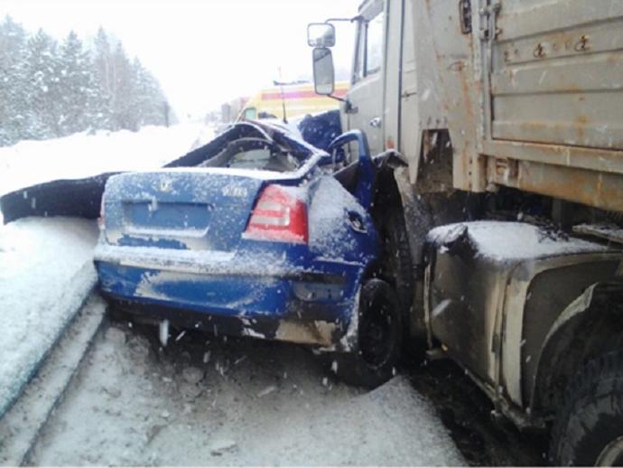 Натрассе Пермь— Екатеринбург иностранная машина влетела под КамАЗ: погибли 2 человека