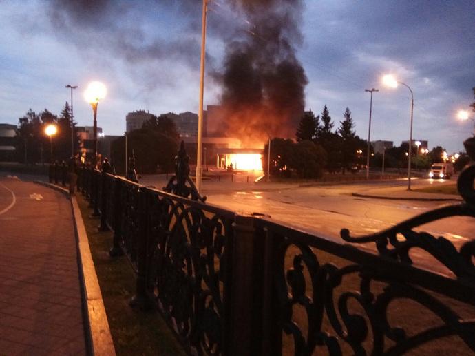 ВЕкатеринбурге УАЗ сгорючим протаранил кинотеатр и зажегся
